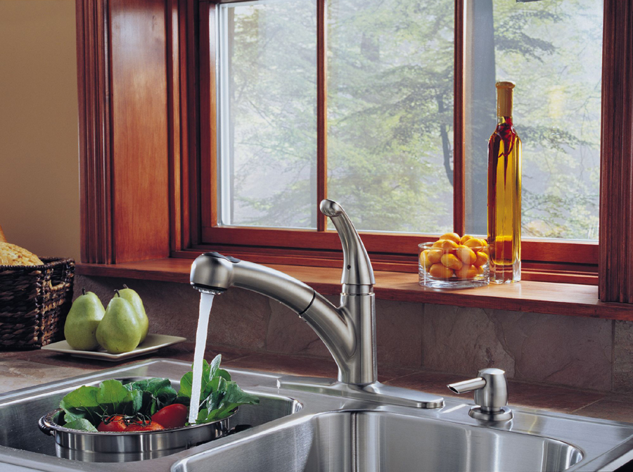 Delta 467-SD-DST Palo Single Handle Pull-Out Kitchen Faucet with Soap Dispenser